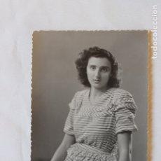 Fotografía antigua: FOTOGRAFIA TROQUELADA SEÑORA CON FLORES, FOTOGRAFO CARLOS PALACIO, ALCOY, 1946. Lote 179535173