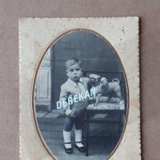 Fotografía antigua: ANTIGUA FOTOGRAFÍA POSTAL NIÑO CON UN PERRO. PRINCIPIOS DE SIGLO XX.. Lote 180019501
