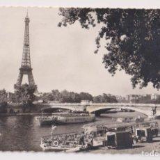 Fotografía antigua: FOTO-POSTAL. PARIS - LA TOUR EIFFEL ET LES BATEAUX-MOUCHES. Lote 182467982