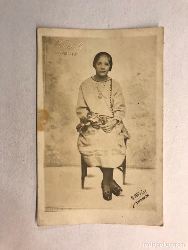 TORRENTE (VALENCIA) FOTOGRAFÍA ANTIGUA. SEÑORA SENTADA CON RAMO DE FLORES (H.1920?) (Fotografía Antigua - Tarjeta Postal)