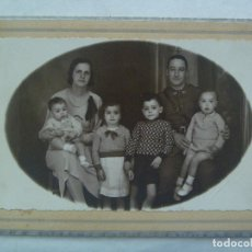 Fotografía antigua: REPUBLICA : FOTO DE PAREJA CON HIJOS, EL PADRE OFICIAL DE INFANTERIA. DE E. MORA, VITORIA, 1935. Lote 182945361