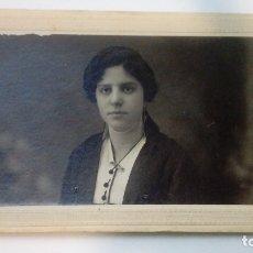 Fotografía antigua: TARJETA POSTAL UNION UNIVERSAL DE CORREOS RETRATO DE MUJER ROMAN PRIETO FOTOGRAFOS VALDEPEÑAS 1916. Lote 182982357