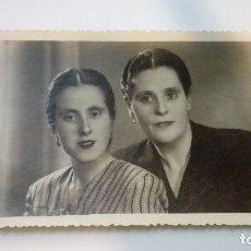 Fotografía antigua: FOTOGRAFIA ANTIGUA RETRATO DE 2 MUJERES VALENZUELA FOTOGRAFOS ALMAGRO 1948 CIRCULADA. Lote 182982422