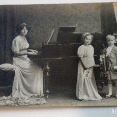 Fotografía antigua: FOTOGRAFIA ANTIGUA MUJER TOCANDO EL PIANO JUNTO A SUS HIJOS CIRCULADA. Lote 182985311