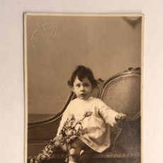 Fotografía antigua: NIÑOS. FOTOGRAFÍA ANTIGUA. NIÑA CON RAMO DE FLORES. RETRATO: VENDRELL (H.1920?). Lote 183035533