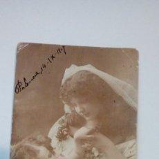 Fotografía antigua: FOTOGRAFIA TARJETA POSTAL MADRE CON NIÑA 1907 CIRCULADA . Lote 183072180