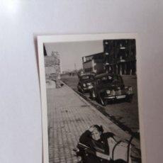 Fotografía antigua: FOTOGRAFIA - NIÑO EN UN COCHECITO - COCHES . Lote 183293943