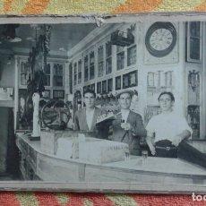 Fotografía antigua: MUY ANTIGUA FOTOGRAFÍA BAR COLONIAL CÁDIZ MEDIDAS 18X24 CM.. Lote 183322873