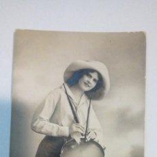 Fotografía antigua: TARJETA POSTAL ANTIGUA MUJER CON TAMBOR CIRCULADA AÑOS 20. Lote 184119266