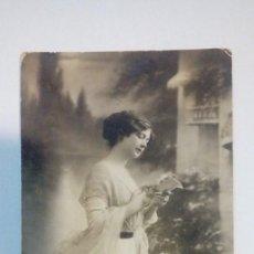 Fotografía antigua: TARJETA POSTAL ANTIGUA RETRATO DE MUJER LEYENDO 1913 CIRCULADA. Lote 184119596