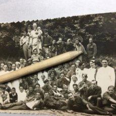 Fotografía antigua: FOTOGRAFÍA MILITAR - FOTO POSTAL GRUPO REPUBLICANOS - PARQUE - IRUN - GUIPUZCUA 1939 - 13.7X8.7CM. Lote 185683708