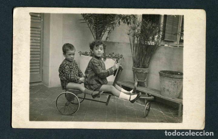 NIÑOS Y COCHECITO. PRECIOSA FOTOGRAFÍA. TERRAZA. BCN. C. 1920 (Fotografía Antigua - Tarjeta Postal)