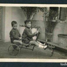 Fotografía antigua: NIÑOS Y COCHECITO. PRECIOSA FOTOGRAFÍA. TERRAZA. BCN. C. 1920. Lote 185959796