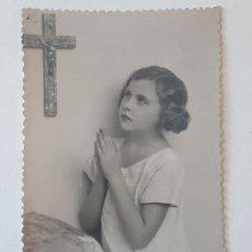 Fotografía antigua: RETRATO NIÑA ORANTE POSTAL FOTOGRAFICA ANTIGUA. Lote 186149451