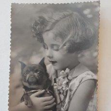 Fotografía antigua: RETRATO NIÑA Y PERRO POSTAL FOTOGRAFICA ANTIGUA. Lote 186149546