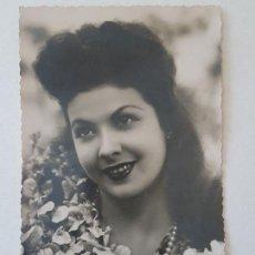 Fotografía antigua: RETRATO JOVEN CON FLORES POSTAL FOTOGRAFICA ANTIGUA. Lote 186149581