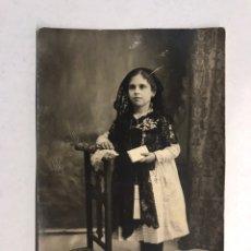 Fotografía antigua: VALENCIA. FOTOGRAFÍA MODESTA DE PRIMERA COMUNION Y MEDIO LUTO.. (H.1920?). Lote 186165812