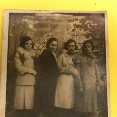 Fotografía antigua: ANTIGUA FOTOGRAFIA MUJERES POSANDO AÑOS 20 ABRIGOS PEINADOS EPOCA 8,8X6,8. Lote 186197992