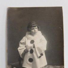 Fotografía antigua: ANTIGUA FOTOPOSTAL FOTOGRAFICA. NIÑA VESTIDA DE PAYASO. W. Lote 187187392
