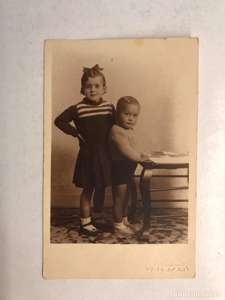 VALENCIA FOTOGRAFÍA. RECUERDO FAMILIAR... HERMANOS LEYENDO... (H.1914?) (Fotografía Antigua - Tarjeta Postal)