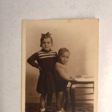Fotografía antigua: VALENCIA FOTOGRAFÍA. RECUERDO FAMILIAR... HERMANOS LEYENDO... (H.1914?). Lote 187269010