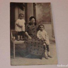Fotografía antigua: ANTIGUA FOTO POSTAL DE ABUELA CON SUS NIETOS . LEONAR.. Lote 190812758