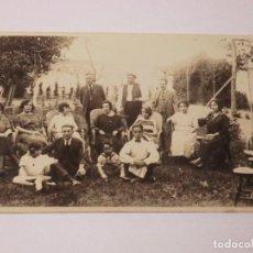 Fotografia antiga: ANTIGUA POSTAL FOTOGRAFICA DE UN GRUPO DE PERSONAS EN PUIGCERDA. 1922 . RAJAR. Lote 190817282