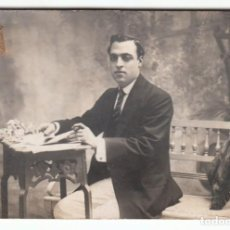 Fotografía antigua: PRECIOSO RETRATO. JOVEN CABALLERO EN MESITA MODERNISTA FOTOGRAFÍA J GARCÍA BARCELONA 1914 LV. Lote 190839705