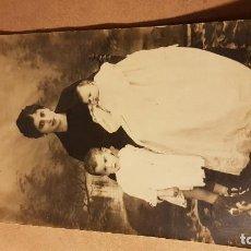 Fotografía antigua: FOTOGRAFÍA DE MADRE CON HIJOS.. Lote 191812783