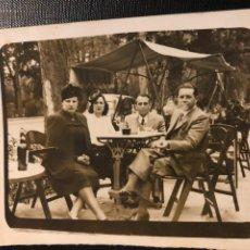 Fotografía antigua: ANTIGUA FOTOGRAFIA - PAREJAS DE JOVENES - TERRAZA - CAFE - BAR - 9X7CM. Lote 191835538