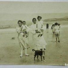 Fotografía antigua: FOTOGRAFIA POSTAL, INSTITUTRIZ CON NIÑOS EN LA PLAYA, AÑOS 30, MEDIDAS 13,5 X 8,5 CM. Lote 191931378