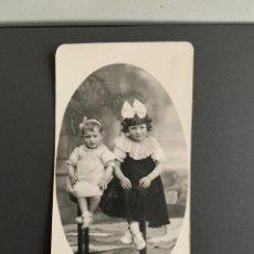 Fotografía antigua: NIÑOS ELEGANTES ( FOTO DE ESTUDIO ) PRIMEROS DE SIGLO. 14X 9 CM. Lote 191985310