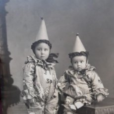 Fotografía antigua: FOTOGRAFÍA POSTAL ANTIGUA ARLEQUINES EXTRAORDINARIA. Lote 193403442