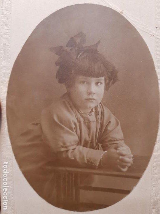 FOTOGRAFÍA POSTAL ANTIGUA NIÑA EN PUPITRE AÑOS 20 (Fotografía Antigua - Tarjeta Postal)