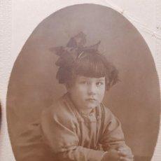 Fotografía antigua: FOTOGRAFÍA POSTAL ANTIGUA NIÑA EN PUPITRE AÑOS 20. Lote 193404546
