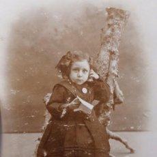 Fotografía antigua: FOTOGRAFÍA POSTAL ANTIGUA NIÑA POSANDO AÑOS 20. Lote 193404688