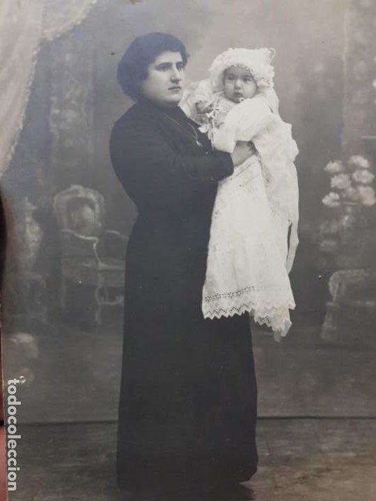 FOTOGRAFÍA POSTAL ANTIGUA MUJER CON NIÑA POSANDO AÑOS 20 (Fotografía Antigua - Tarjeta Postal)