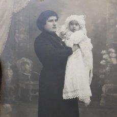 Fotografía antigua: FOTOGRAFÍA POSTAL ANTIGUA MUJER CON NIÑA POSANDO AÑOS 20. Lote 193404773