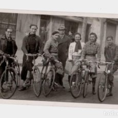 Fotografía antigua: GRUPO CON BICILETAS. MUELA ? 1930'S. POSTAL FOTOGRÁFICA. Lote 193809748