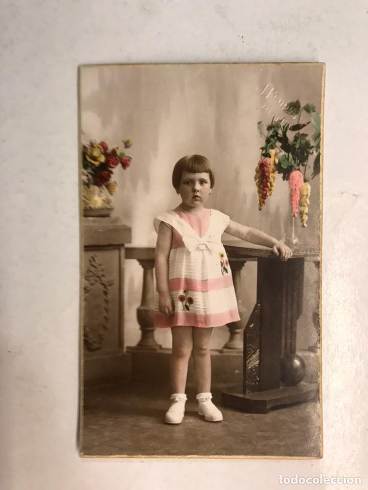 NIÑOS. FOTOGRAFÍA ANTIGUA COLOREADA. NIÑA CON VESTIDO ROSA. AUTOR: J. LLOPIS (VALENCIA A.1932) (Fotografía Antigua - Tarjeta Postal)