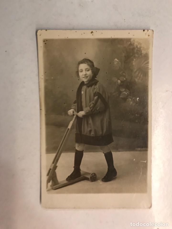 NIÑOS. FOTOGRAFÍA ANTIGUA, NIÑA CON PATINETE DE MADERA... FOTOGRAFÍA INGLESA (H.1930?) (Fotografía Antigua - Tarjeta Postal)