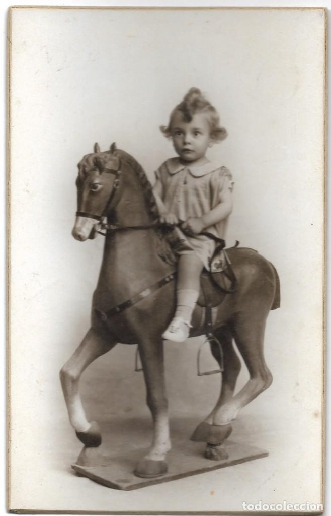 Fotografía antigua: LOTE 2 FOTOGRAFÍAS BEBE CON JUGUETE (CABALLITO) - FOTÓGRAFO F. DERREY - VALENCIA - AÑOS 1925 Y 1926 - Foto 4 - 194229320