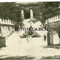 Fotografía antigua: FOTO ORIGINAL PARQUE GÜELL BARCELONA PUERTA DE ENTRASA AÑOS 20/30. Lote 194657595