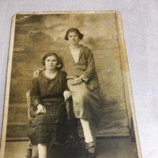 Fotografía antigua: ANTIGUA FOTOGRAFIA - JOVENES POSANDO - UNION POSTALE UNIVERSELLE - 9X14CM. Lote 194671286