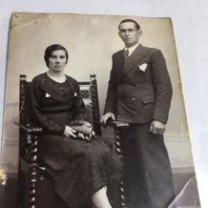 Fotografía antigua: ANTIGUA FOTOGRAFIA - MATRIMONIO POSANDO - CARTOLINA POSTALE - 8.5X12CM. Lote 194671643