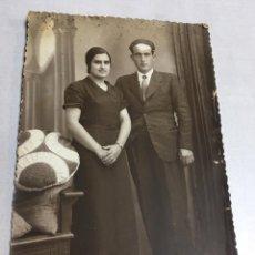 Fotografía antigua: ANTIGUA FOTOGRAFIA - MATRIMONIO EN SALON - 8.7X13.7CM. Lote 194671900