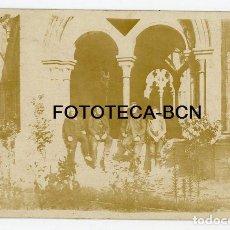 Fotografía antigua: FOTO ORIGINAL CLAUSTRO MONASTERIO VISITANTES POSIBLEMENTE POBLET AÑOS 20/30. Lote 194690320