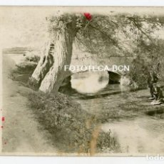 Fotografía antigua: FOTO ORIGINAL ESCENA COSTUMBRISTA PERSONAS PUENTE DE PIEDRA RIO POSIBLEMENTE CATALUNYA AÑOS 20/30. Lote 194693787
