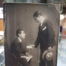 Fotografía antigua: ANTIGUA FOTOGRAFIA TARJETA POSTAL HOMBRES DANDOSE LA MANO ORIGEN MURCIA. Lote 194750435