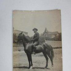 Fotografía antigua: ANTIGUA TARJETA POSTA - CABALLERO A CABALLO. Lote 194860678